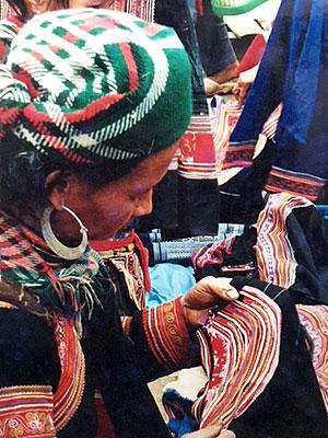 花モン族のSunday Marketにて。カラフルな衣装は日常着。