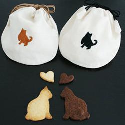 ネコを刺繍したポーチにネコのクッキーをセット。