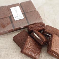 ココアたっぷりのクッキーにホワイトとビターのチョコをサンド。