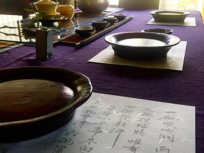 漢詩やその日のメニューが書かれた書が添えられる。