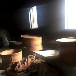 炭火で乾燥させる岩茶の製茶工程。
