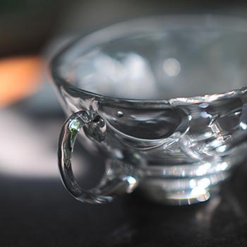 吹きガラスの手付きカップ